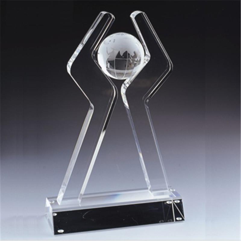 Хрустальный трофей с мячом на вершине